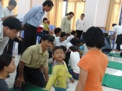 Caritas Sài Gòn tập huấn cho gia đình có trẻ bại não bằng phương pháp Vật lý trị liệu
