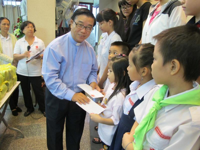 Ban Liên kết Caritas hạt Tân Định trao tặng học bổng cho sinh viên và học sinh