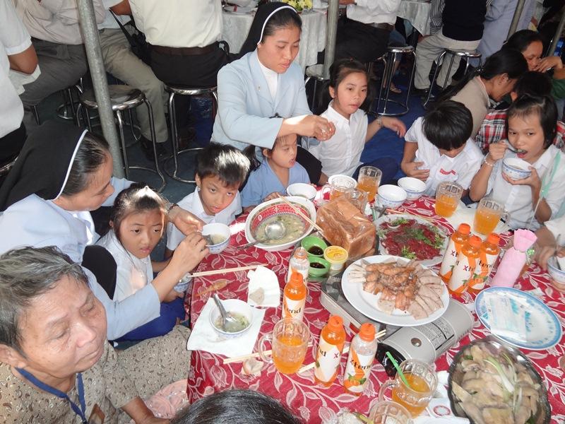 Bữa cơm huynh đệ cho 500 người khuyết tật tại Mái ấm Tình Thương – Lagi – Bình Thuận
