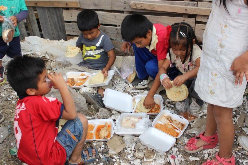 Các trẻ em vẫn còn bị đói