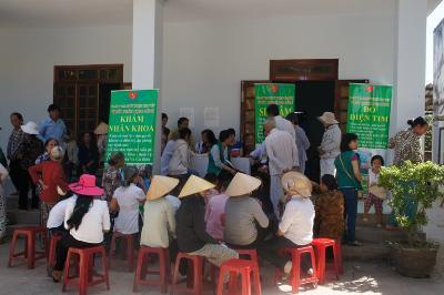 Đoàn Y Bác Sĩ Tâm Việt Sài Gòn khám bệnh và phát quà tại Gx. Kim Ngọc