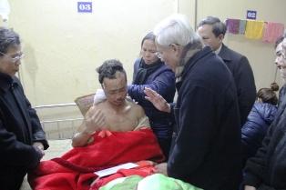 Đức cha Cosma Hoàng Văn Đạt thăm các nạn nhân và dâng lễ an táng cho những người qua đời
