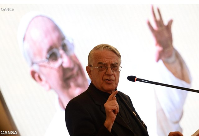 Cha Lombardi bác bỏ tin Đức Thánh Cha bị ung thư não