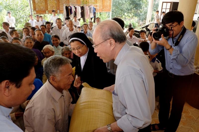 Caritas Việt Nam Thăm và Tặng Quà cho Đồng Bào Miền Trung Vùng Lũ Lụt