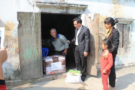 Caritas hải phòng tặng quà giáng sinh cho người có hoàn cảnh  Tại bàng La - Đồ Sơn - Hải Phòng