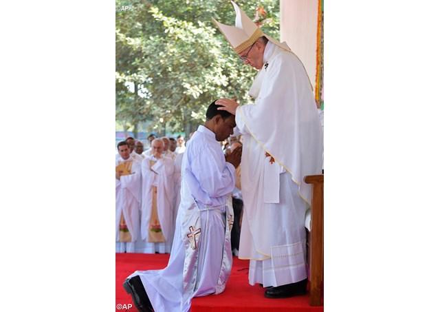 Đức Thánh Cha Phanxicô xin các tín hữu nâng đỡ các linh mục bằng lời cầu nguyện