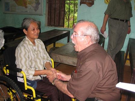 Caritas Việt Nam trao xe lăn tại Hà Nội