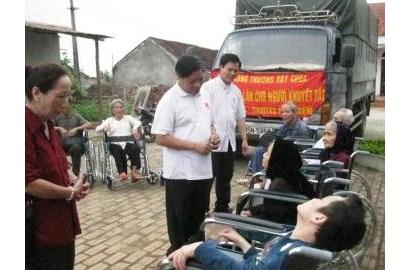 Caritas Phát Diệm trao tặng 230 chiếc xe lăn cho người khuyết tật