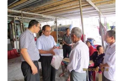 Caritas Huế thăm và tặng quà ở giáo xứ Trung Quán, Quảng Bình