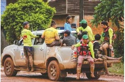 Việc cứu trợ người dân Lào sau sự cố vỡ đập gặp khó khăn vì bùn lầy