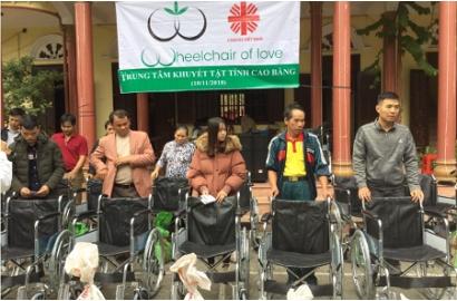 Caritas Lạng Sơn: Trao xe lăn của Hội Tình Thương Hoa Kỳ