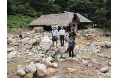 Cứu trợ những gia đình bị lũ quét tại bản người Dao Đỏ - thôn Nậm Kha, xã Nậm Lúc, huyện Bắc Hà, tỉnh Lào Cai