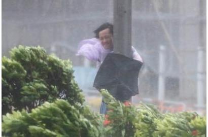 Bão HATO thổi bay người ở Macao, Hong Kong