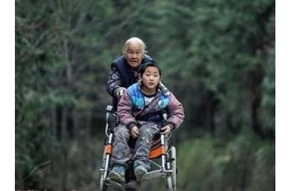Cụ bà 76 tuổi mỗi ngày đi bộ 24 km đẩy cháu khuyết tật đến trường