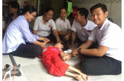 Quý Thầy ĐCV Thánh Giuse Sài Gòn: đến thăm các gia đình có con em bị bại não nằm rải rác ở nhiều giáo hạt