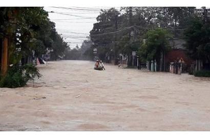Miền Trung ngập, giao thông tê liệt sau bão Damrey