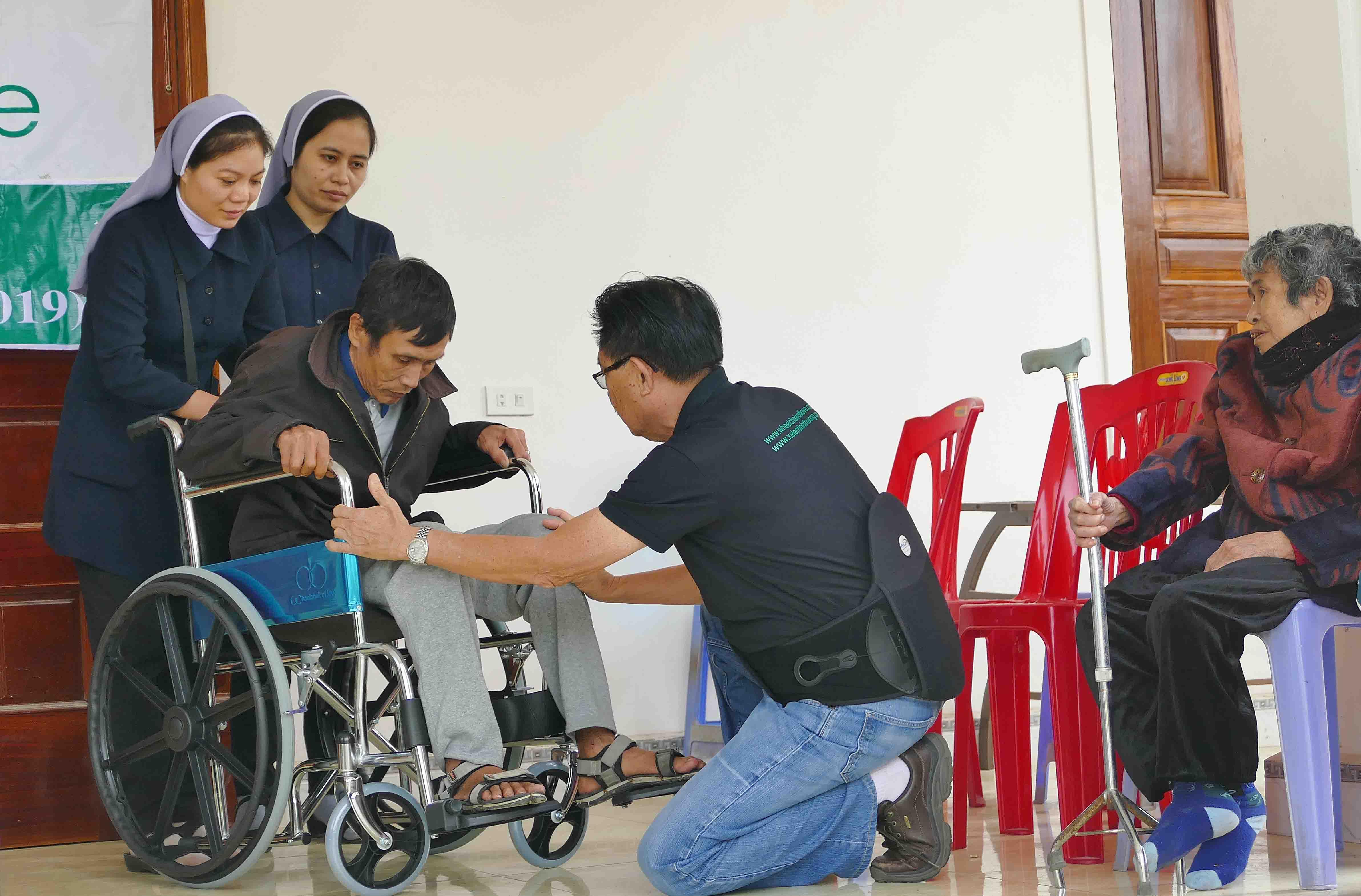 Caritas Vinh: Trao tặng 100 chiếc xe lăn cho Người khuyết tật