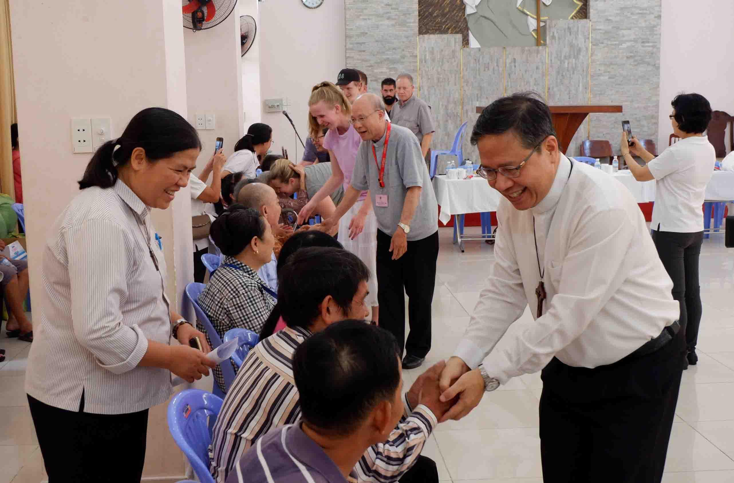 Caritas Sài Gòn: Trao tặng xe lăn, xe lắc cho người già, người khuyết tật có hoàn cảnh khó khăn