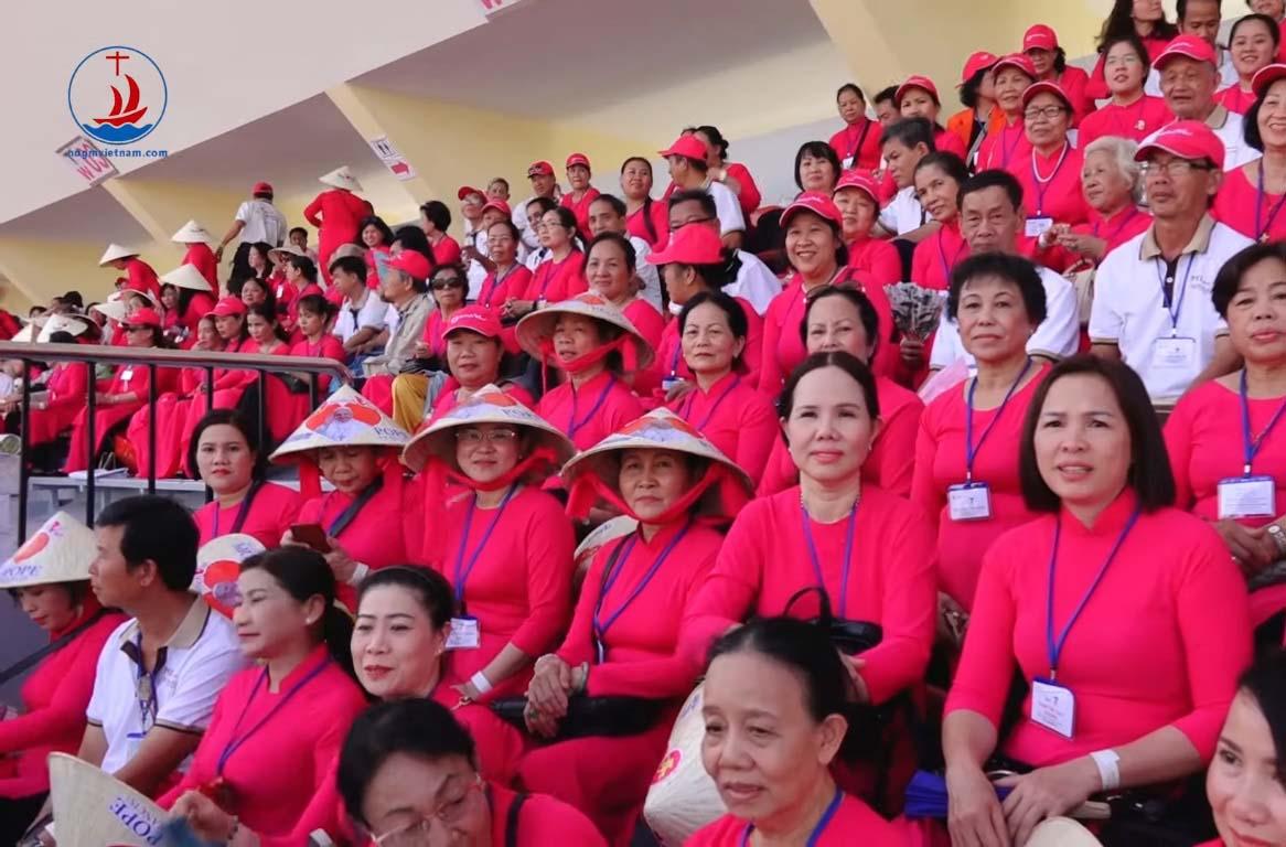 Phóng sự Giáo dân Việt Nam tham dự thánh lễ với Đức Thánh Cha tại SVĐ Thái Lan