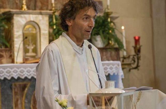 Một linh mục Ý dấn thân chăm sóc người di dân bị một người tâm thần đâm chết
