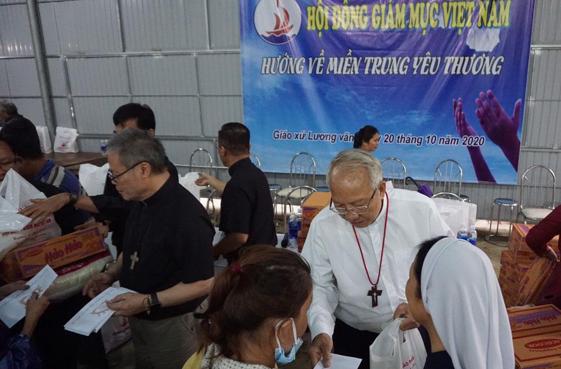 Đại diện Hội đồng Giám mục Việt Nam thăm vùng lũ lụt