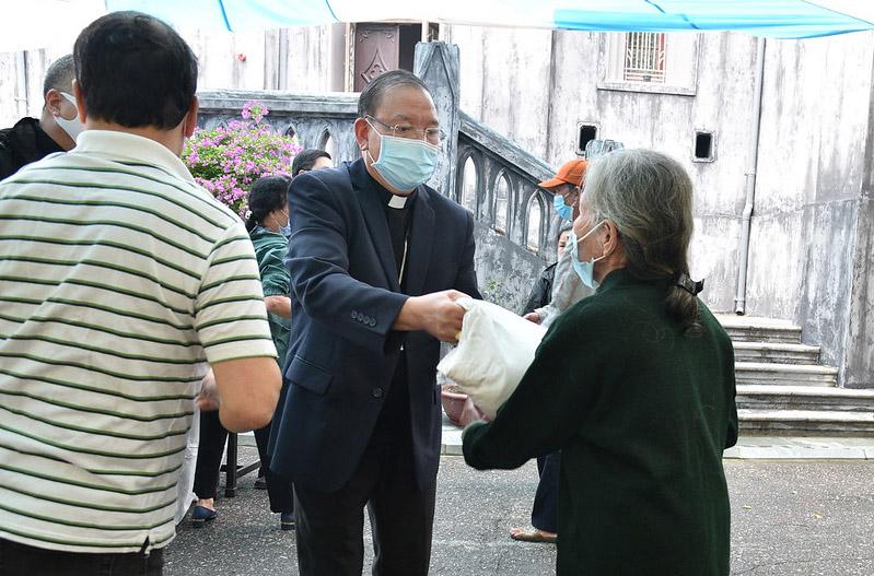 Caritas Hà Nội cùng Đức TGM Giuse lan tỏa yêu thương trong đại dịch Covid-19