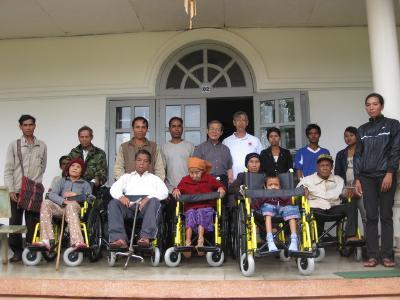 Caritas Ban Mê Thuột trao tặng xe lăn cho người phong cùi