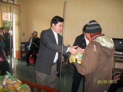 Ban BAXH - Caritas Bùi Chu khám bệnh, phát thuốc cho bà con nghèo dịp Tết Nhâm Thìn