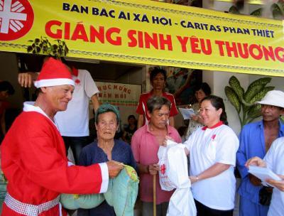 Caritas Phan Thiết tặng quà Giáng sinh cho bà con nghèo xóm Lụi