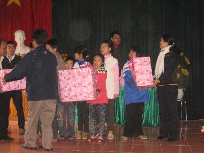 Caritas Bắc Ninh chia sẻ niềm vui Giáng Sinh cùng các bé mồ côi, khuyết tật và bệnh nhân tại trại phong Quả Cảm